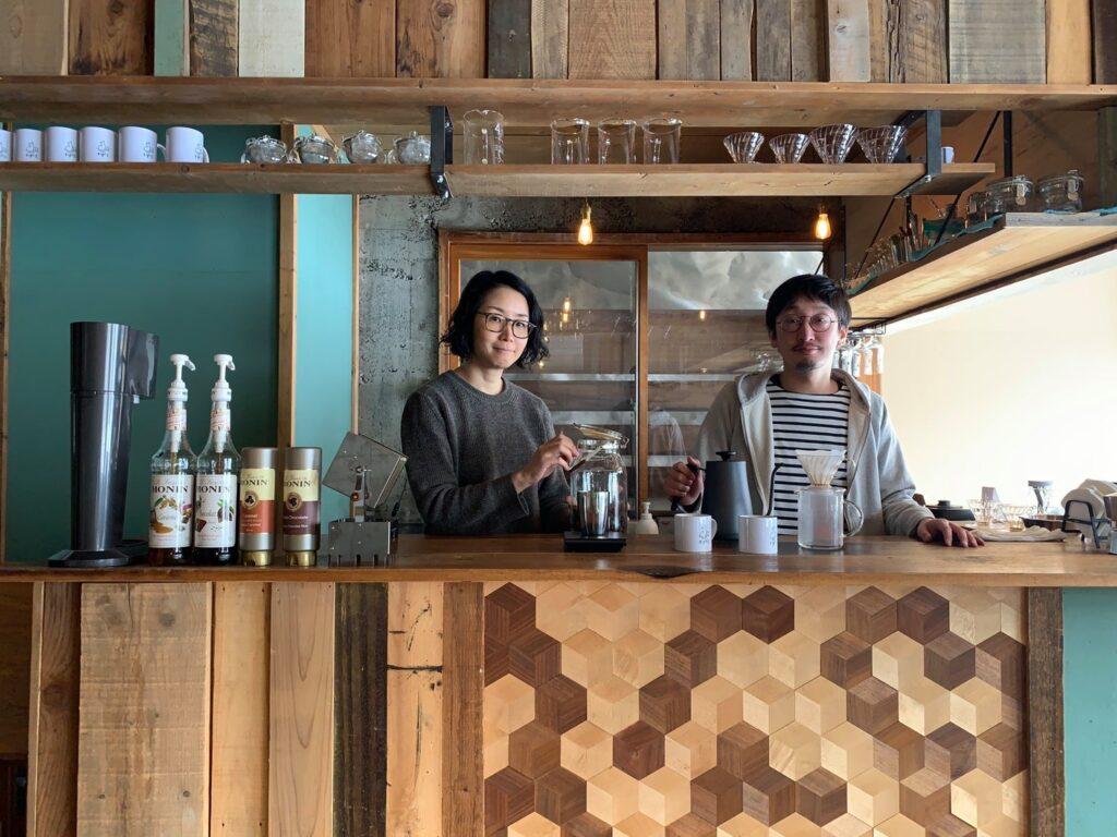 CAFE tigrisのオーナー加藤朝彦さんと、奥さまの聡子さん